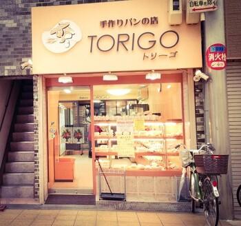 京橋中央商店街は、大阪の下町らしい昔ながらの雰囲気が残る場所。その一角に、驚きの24時間営業のパン屋さん「手作りパンの店 TORIGO」があります。総菜パンから菓子パンまで手作りで提供しており、常に新しいパンが補充されているそうでバラエティ豊か。たくさんの種類のパンから、お好みのものを選ぶことができます。