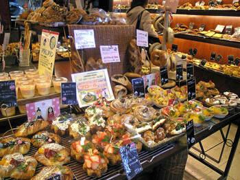 「金太郎パン」最大の魅力は、その品揃えの多さ。なんと小さな店内に、常時120~130種類ものパンを取り揃えているんだとか!100円台のお手頃価格なパンが多いので、毎日少しずつ気になるパンを試して、コンプリートしたくなります♪