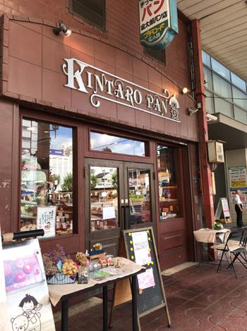 近鉄布施駅から布施商店街を下っていくと、すぐに見えてくる「金太郎パン」。創業1920年の老舗ベーカリーです。当時からの味を引き継いできたあんパンやブリオッシュのほか、あんこを挟んだメロンあんパン、みそチキンフォカッチャなど、奇抜な新しいメニューも多数取り揃えています。
