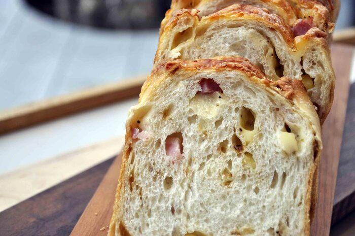 シンプルな食パン以外にも、バリエーションが豊富なのも魅力。こちらは、山型食パンにベーコン・オニオン・チーズが入った平日限定のB.O.C。食パンと具材のバランスが良く、そのまま食べても美味しいですよ。