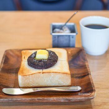 アミュプラザ博多店はカフェになっています。食パンを使ったカフェメニューを楽しめますよ。  こちらは塩あんバタートースト。あんの甘さを塩が引き立てて、バターのコクでとまらなくなる美味しさです。コーヒーにもよく合います!