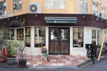 大阪メトロ淀屋橋駅より徒歩4分のところにある「PAINDUCE」は、国産の小麦や農家さんからもらった新鮮な野菜を使用した、こだわりパンを提供しているお店。総菜パンの名店として知られていて、季節の野菜をたっぷり乗せたガレットなどが人気です。