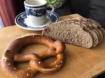 ドイツパン初心者なら小麦の割合の多いパンが、チーズやハムなどと合わせて食べるならライ麦70%くらいのパンが、パテなどを付けて濃厚に味わいたいならライ麦100%の黒パンがおすすめ。12月にはシュトレンも販売されるそうなので、クリスマスの時期などに訪れてみてはいかがでしょうか。