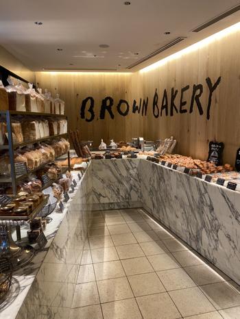 「BROWN BAKERY」は、各線京橋駅から徒歩3分のところにある、京阪モール本館内のパン屋さん。自家製の酵母に加え、こだわりの小麦粉やバターを使用し、小麦本来の香りや味わいを最大限に活かしたパンとスイーツを提供しています。パンの種類は幅広く、人気のミニ食パン「ブラウンブレッド」をはじめとして、食パン、菓子パン、総菜パンなどを取り揃えています。