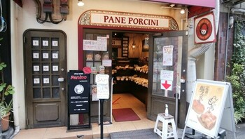 イタリア料理店が手掛けるパン屋さん、「PANE PORCINI」。JR福島駅周辺の飲食店街の一角にあり、5人も入れば満員になってしまうほどの小さなお店です。できるだけ国産小麦を使用し、焼きたての状態で提供することにこだわりがあります。