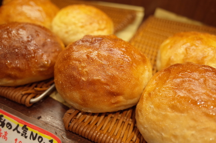 もちパンやクリームパンが人気ですが、中でもイチオシは塩フォカッチャ。1日1000個売り上げたこともあるという名物で、イタリア産エクストラバージンオイルやシチリア産の塩を使用。柔らかくモチモチとした食感に、ほどよい塩気がたまりません!