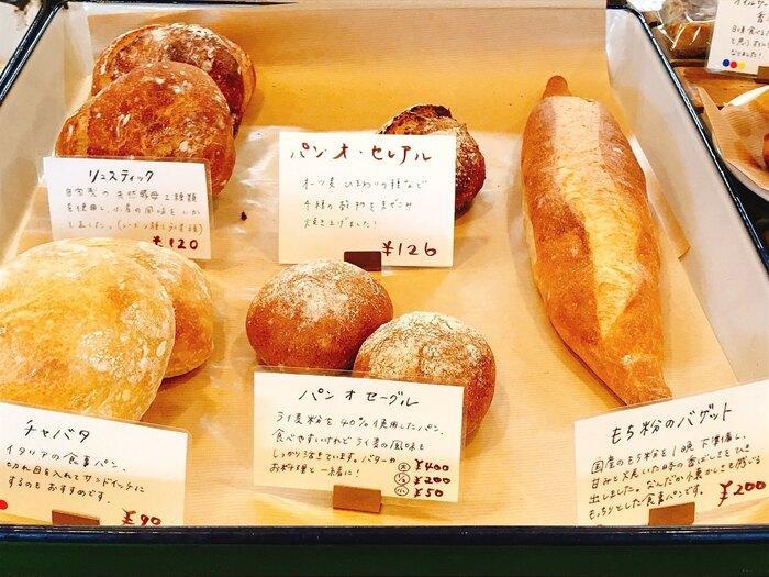 今日のごはんが待ち遠しくなるような美味しいパンを作ることを心がけているそうで、素材にはひとつひとつこだわりが。三重県の天然水「森の番人」や無添加の加工肉、ゲランドの塩、イタリア産のアーモンドなどを使用し、素材そのものを最大限に活かした、本格的な味わいを提供しています。