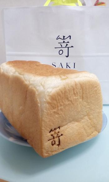 """嵜本の定番商品は「極美""""ナチュラル""""」「極生""""ミルクバター""""」。毎日食べたくなる風味豊かな食パンを目指し、約2年をかけて開発された食パンです。  こちらの「極生""""ミルクバター""""」は、北海道産の牛乳や生クリーム、国産のバターやハチミツなどを使用していて、その名の通り、牛乳とバターの風味を堪能できます。"""