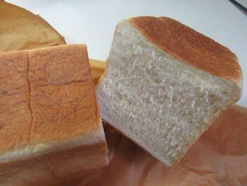 一番人気のPlainは、熊本県産の石臼挽き粉とカナダ産の一等粉を使用。小麦の香りをしっかりと堪能できる、もっちりとした弾力ある口当たりの食パンです。