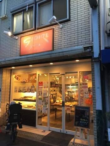 大阪メトロ千林大宮駅より徒歩4分、千林大宮商店街の一角に、パンを抱えたおじさんの人形が目印のパン屋さんがあります。創業以来60年以上にわたって地域の人々に愛されてきた、「パン屋のグロワール」です。天然酵母のパネトーネ種を使うことで、うま味を引き出して仕上げたこだわりのパンたちは、伸びがよく、独特の風味と香りを楽しむことができます。