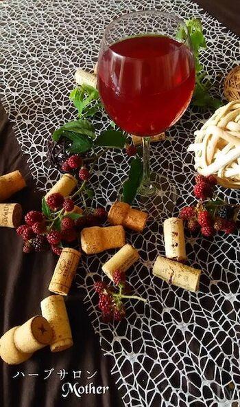 ドライハーブのローズと、ジャスミンに、ブラックベリーを加えた大人味のコーディアルレシピ。抗酸化作用やビタミン豊富な素材を使うので、美容にも◎。色味もキレイで見た目も楽しめます。