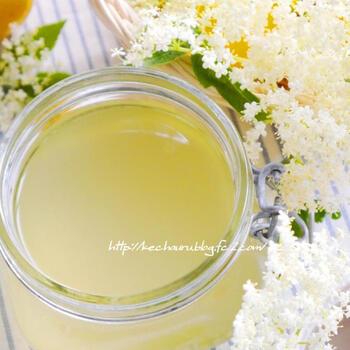 エルダーフラワーの花とレモンの皮を入れたボウルに、砂糖を加えたアツアツの熱湯を加えて、荒熱がとれたらレモン果汁を絞ります。そのままラップなどをかけて冷暗所で2日程度放置し、濾したら出来上がり!香り高いエルダーフラワーコーディアルは、作っている最中も幸せな気持ちになりますよ♪