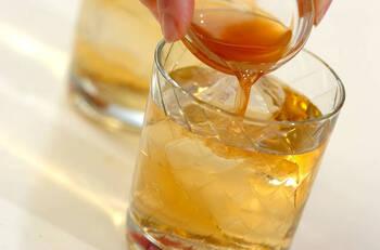ウイスキーやワイン、ジンなどに加えて、カクテルにしても◎。ベリー系やレモン、ライム系のコーディアルと相性抜群です。
