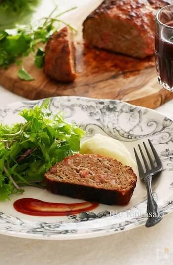 型のかわりに、オーブンシートを巻いて焼くミートローフ。ベーコンも混ぜ込んだ肉だねをシートで包んでいるので、焼き上がりは肉汁の旨みを逃さず、ボリュームたっぷり美味しくいただけます。