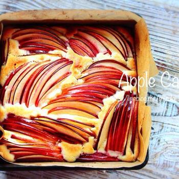 ホットケーキミックスを使いますので、材料がシンプル。生地を用意したら、皮ごと薄くスライスしたりんごをさして、あとは焼くだけ。秋映など赤色が濃いりんごを選ぶときれいです。