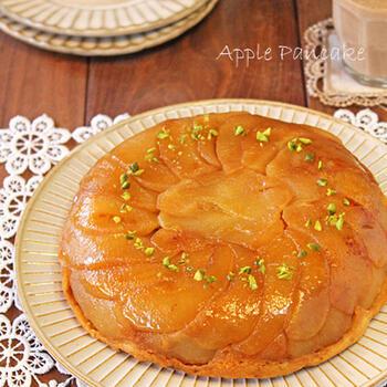 炊飯器にまかせっきりの簡単アップルパンケーキ。ホットケーキミックスを使いますので、工程もシンプルです。しっとりもっちり、食感もいい感じ。