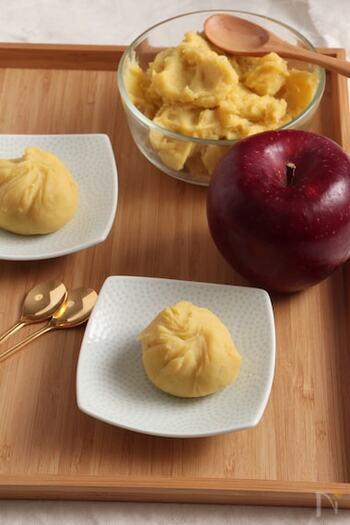 和菓子はむずかしそうなイメージですが、こちらはとても簡単。煮たりんごとさつまいもをつぶし、茶巾絞りにするだけ。フードプロセッサーを使わなくても、ビニール袋などに入れてつぶせばOK。砂糖不使用でヘルシーです。