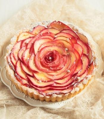 見た目も愛らしい、注目を集めること間違いなしのりんごのタルト。切るのがもったいないほどの、きれいなデコレーションです。小ぶりの型でつくって、一口サイズにしてもいいですね。手土産やプレゼントにも喜ばれそう。