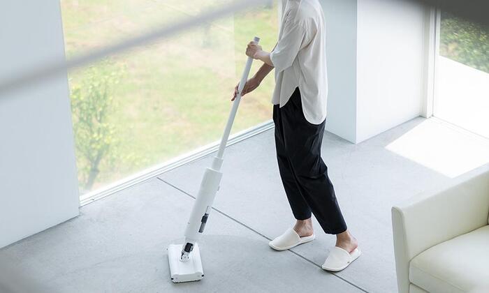 独自のホバーテクノロジーで、浮いているかのように軽い操作感で掃除機をかけることができます。箒のように両手で持って動かせるから、扱いやすさも◎です。