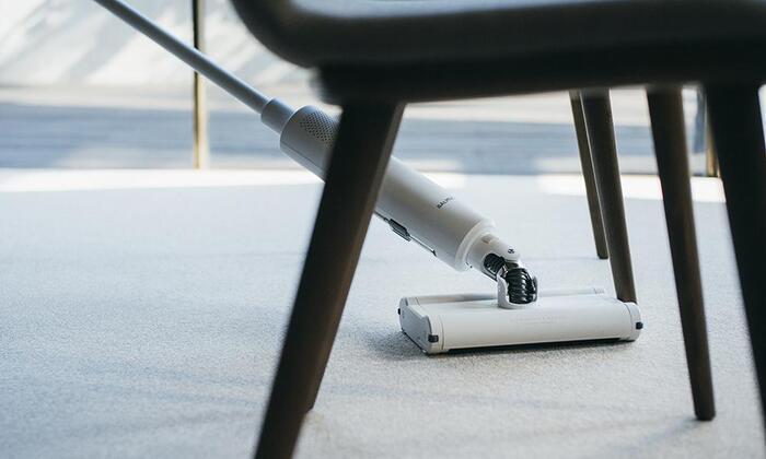 ヘッドとのジョイント部分は左右や斜め方向に自由に動くので、狭い場所のお掃除もストレスがありません。机の下や椅子の周り、家具の間もスッと入れられてお掃除できます。