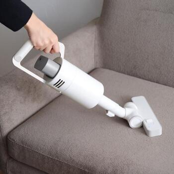 ハンディタイプにもなるので、ソファの掃除や子供のお手伝いなどにも便利です。隙間ノズルも付いているので、狭い隙間もお任せです。紙パックは不要で、フィルターは水洗いできます。