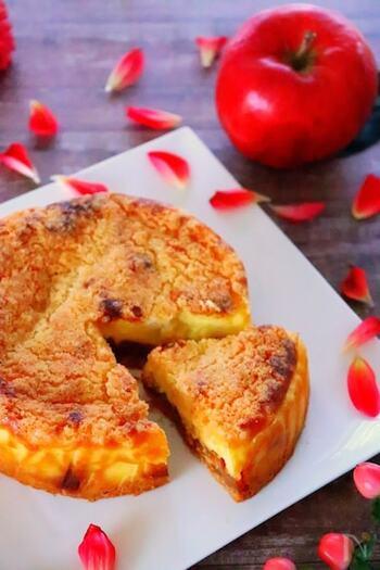 りんごのキャラメリゼ、濃厚チーズ、そしてバター香るクランブルがひとつになった贅沢なアップルケーキ。栄養もボリュームもあって、満足感いっぱいです。