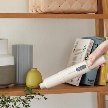 机の上のお掃除の他、雑貨や本の間などの狭い場所のお掃除にもぴったりです。モップ感覚で使えるのが便利です。