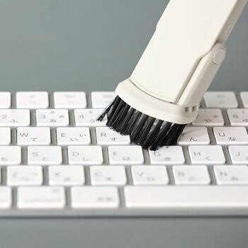 付属のノズルを使えば、パソコン回りなどの細かな場所のお掃除にも活躍してくれます。ノズルタイプはブラシタイプと隙間タイプの2種類です。