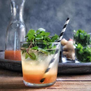 基本的な飲み方は、7倍から10倍の冷えた水や炭酸水で割るというもの。 フレーバーにあわせた果実やミントなどを加えると、より夏らしいドリンクとして楽しむことができます。