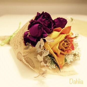 バラはドライフラワーにするのに適したお花のひとつ。初心者さんでも比較的簡単にドライフラワーにすることができますよ。咲き方や色の残し方などによって、さまざまな楽しみ方ができます。
