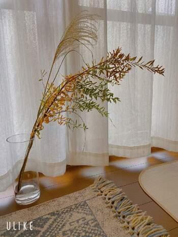 ススキとユキヤナギを円筒型の花器にさっと活けるだけで、季節感いっぱいの秋らしい空間が完成。どちらも長さがありバランスが取りやすいため、初心者さんでもおしゃれに飾ることができます。