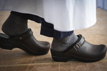 履きやすく足や腰への負担を取り除いたダンスコのシューズは、長時間の立ち仕事でも疲れにくく、医療現場やレストランなど働く現場でも広く愛用されています。APMA (アメリカ足病医学協会) のお墨付きで、足の健康もサポートしてくれる優れもの。