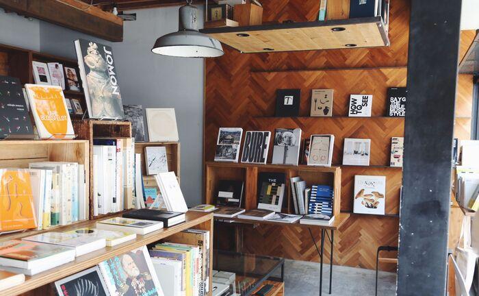 デザイナーでもあるオーナーがセレクトする本や写真集は、センスが光る逸品。主に1960~80年代の出版物をピックアップしているそうで、おしゃれにこだわる方が多く訪れていますよ。