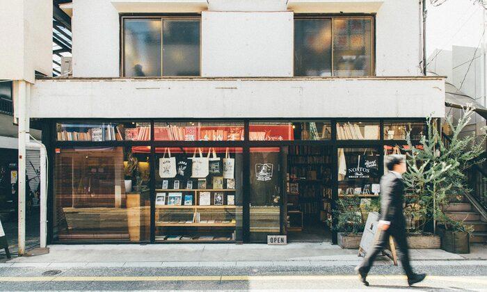 駅から南側に1~2分歩いたところにある「nostos books(ノストスブックス)」は、デザインやアート関係の本、写真集などをメインで扱う古書店。もともとはオンラインのみで販売していましたが、2013年に実店舗をオープンしました。