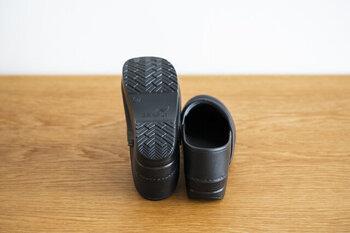 弾力性のあるポリウレタンアウトソールが衝撃を吸収し快適な歩行をサポートしてくれます。長時間履いていても疲れにくい快適な履き心地。