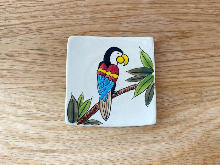 こちらは四角いお皿に鮮やかな鳥が描かれています。羽の色がカラフルで、楽しい気分になりますね♪見える所に飾っておきたい!