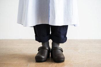 パンツの裾をロールアップして、あえて靴を目立たせたくなるキュートなデザイン。「プロフェッショナル」モデルと比べてかかとがない仕様で、気軽に履けるラフさが魅力です。