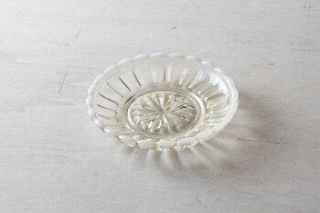 涼やかなガラスの豆皿は、光が当たるとより美しく見えます。花のような形は愛らしく、技術の高さを感じますね。ほんのり茶色が入っていて、縁は雪のような白。使うたびに心がときめきそう♪