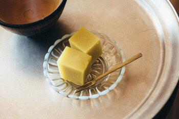 一人分のお菓子がちょうど入る、使い勝手の良いサイズです。透明感のある豆皿は、のせるものの色を邪魔せず馴染みますよ。