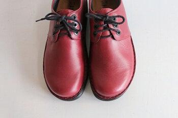 しなりのいい靴底と、甲周りをすっぽりと覆ってくれる柔軟なアッパーで、たくさん歩く日も疲れにくい。コンフォートシューズっぽくないスタイリッシュなビジュアルが、おしゃれ心をくすぐります。