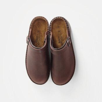 ベルト付きでカジュアルな印象のサボ「IRIS(アイリス)」シリーズ。イタリア製の上質な革を使用しているから、履き込むほどに変化していく天然皮革の風合いを楽しめます。