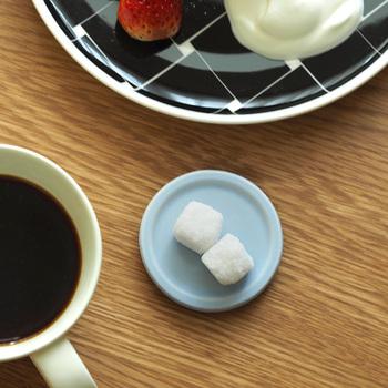 直径6.3cmととても小さく、シンプルなデザインの豆皿。縁が少し上がっていることで、お皿がぐっと美しく見えます。コーヒーや紅茶の隣にそっと添えるのにぴったり!和洋問わず使いやすいのが魅力です。