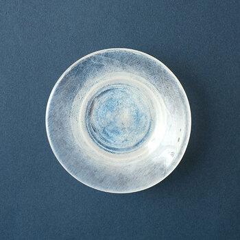 こちらの豆皿は、青と白が絶妙に混ざり合い、個性的な模様を生み出しています。ガラスを高速回転させる「スピン成形」でできた線は波紋のよう。食卓に爽やかさを運んでくれるお皿です。