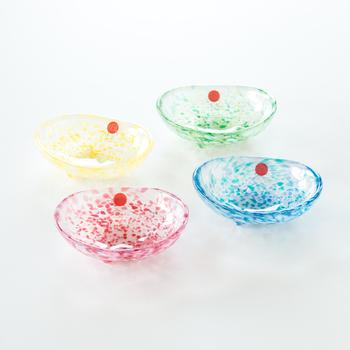 青森の伝統工芸品である津軽びいどろの魅力は、何と言っても美しい色彩!桜、若葉、菜の花、空と青森の自然を彷彿とさせる色に目を奪われます。三つ足でちょこんと立つ姿もキュート♪