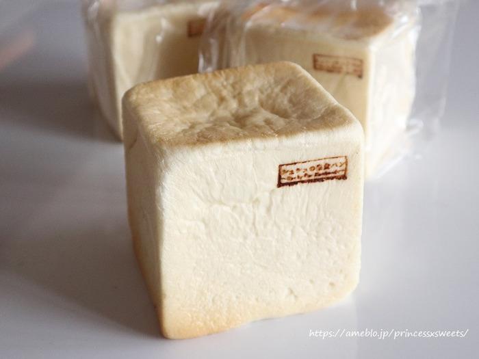 ころんとしたキューブ型の生食パンは、ふたをして焼き上げることでしっとりと仕上がります。仕込みに1日かかるということもあり、日に約20~30個しか作れないんだそう。