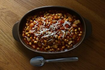 肉にタンパク質が多いのは知っているけど、脂が気になる…という人には豆と組み合わせるのがオススメ。肉の使用量を減らしつつ、タンパク質を確保できます。豚と玉ねぎの旨みを吸った豆は滋味深くほっこりしますよ。
