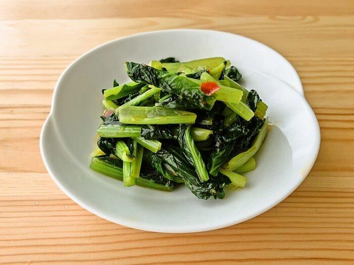 色の濃い野菜、緑黄色野菜はビタミン、ミネラルが多く含まれます。おなじみの小松菜もナンプラーと豆板醤で和えるとパンチのある一品に。切ってから茹でることで扱いがグッと楽になりますよ。