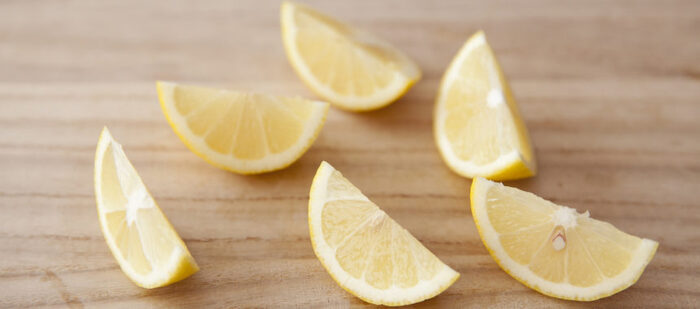 <材料> ミネラルウォーター・・・1カップ(200㏄) レモン果汁・・・1/2個分  レモンはくし切りにして絞り、そのまま皮も入れるので、防カビ剤やワックスなどを使用していないものを用意します。