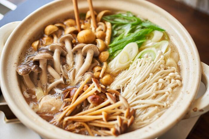 キノコは食物繊維の宝庫。キノコをたっぷり食べるのなら鍋がオススメ。数種類のキノコを組み合わせることで旨みが倍増しますよ。