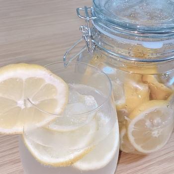 レモンに含まれるポリフェノールは、中性脂肪を減らし生活習慣病を予防する働きがあります。 また、腸での脂肪の吸収を抑えてくれるのでダイエット効果があると考えられています。
